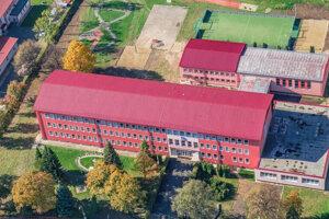 Základná škola Komenského vo Svite čaká na žiakov 8. a 9. ročníka.