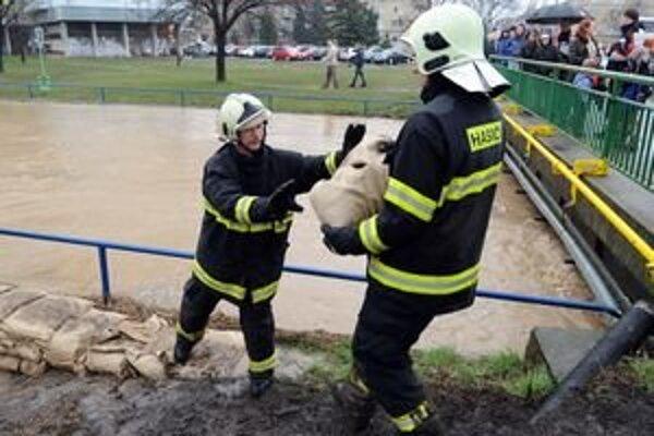 Situácia v meste Levice je dramatická, stavajú tu zábrany pri potoku Podlužianka.
