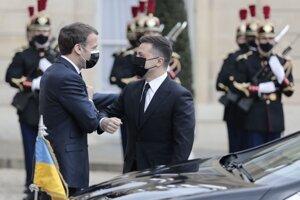 Ukrajinský prezident Volodymyr Zelenskyj sa v piatok stretol v Paríži s francúzskym prezidentom Emmanuelom Macronom.
