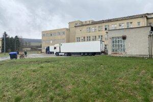 Dva maďarské kamióny sa dožadovali naloženia všetkých 37 paliet vakcíny Sputnik V. Farmaceuticka firma im ich odmietla vydať, keďže na to nedostala pokyn od ministerstva.