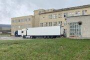 Maďarské kamióny čakajú na vakcíny.