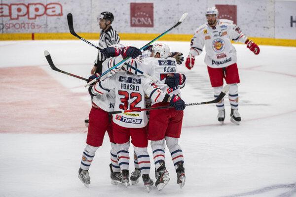 Radosť zvolenských hokejistov po jednom z gĺov vo štvrtom zápase.