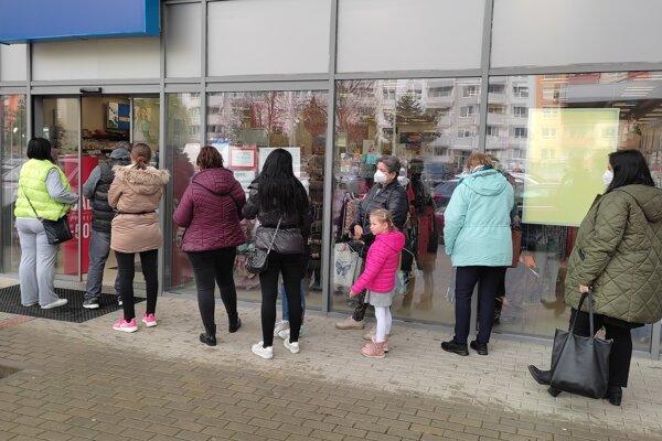 Po poobednom daždi sa začali pred obchodmi opäť tvoriť rady. Toto je na S.H. Vajanského.