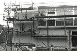 Stavba kultúrneho domu vNovej Bošáci vroku 1980