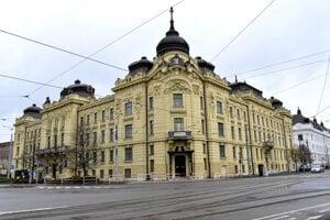 Väčšinu divíznej budovy využíva župa. Múzeum je v južnom krídle s vchodom na nároží.