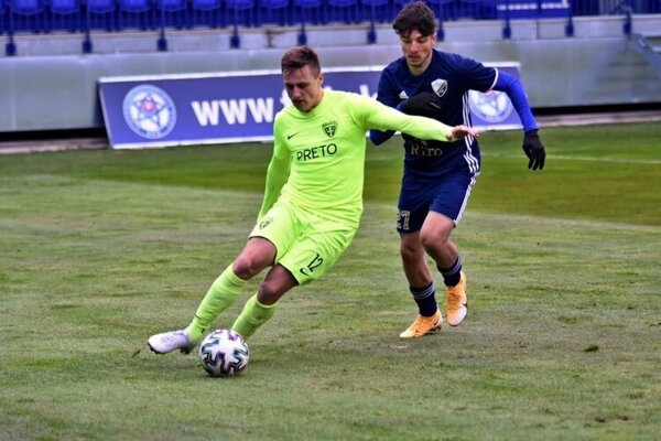 Samuel Suľa (pri lopte) v zápase druhej ligy proti Popradu.