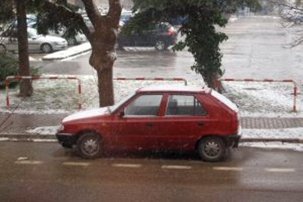 Na našom území sa rozsnežilo, s oteplením sa počíta s prechodom snehu do dažďa.