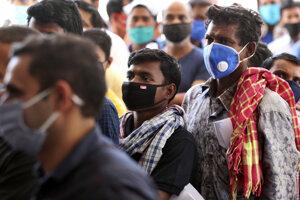 Ľudia čakajúci na testovanie na koronavírus v Indii.