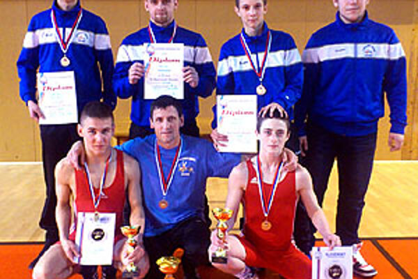 Na snímke hore zľava Žáčik, Marek, Gatial, Novák, dolu Molnár ml., Molnár st. (tréner) a Koniar.