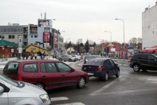 Na Palárikovej ulici, na pozemku, kde je teraz cesta, má vyrásť polyfunkčný objekt s dvomi priechodmi pre peších. Autá sa potom zo Štefánikovej na Palárikovu nedostanú.