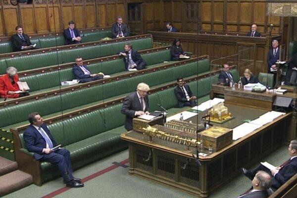 Britský premiér Boris Johnson (uprostred vľavo) počas debaty v Dolnej snemovni na mimoriadnom zasadnutí britského parlamentu.