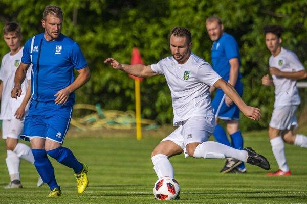 Bola to zasekávačka či elegantná finálna prihrávka? Fotka z finále Campri Cupu 2019 (zlatého pre Kolíňany), ktorá vystihuje futbalové manévre Matúša Turana.