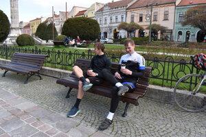 V piatok vyšli Prešovčania do ulíc. Kávu si zatiaľ vychutnávali len na verejných lavičkách v parku.