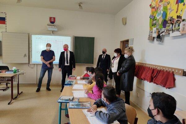 Minister školstva počas piatkovej návštevy školy v Lomničke.