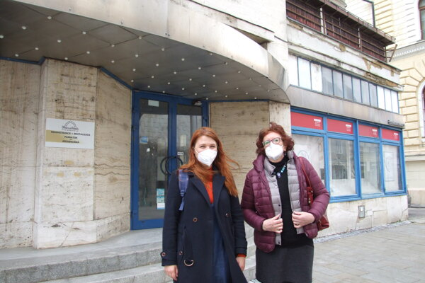 Riaditeľka asociácie Darina Kárová (vpravo) a jej zástupkyňa Anna Šimončičová pred bývalou bankou na Štefánikovej 7.