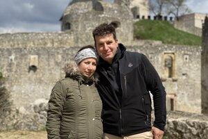 Peter Fečkanin so svojou manželkou Lenkou vstúpili cez južné opevnenie do areálu hradu ako vôbec prví návštevníci.