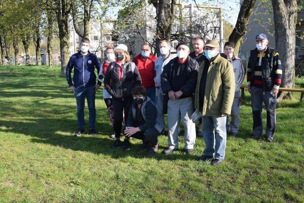 V Haliči sa dobrovoľníci zišli na futbalovom ihrisku. Všetci sa najskôr dali otestovať na koronavírus.