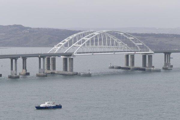Pohľad na krymský most spájajúci Rusko a Krymský polostrov v ruskom Tamane.