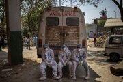 Zdravotníci prevážajú obete pandémie z predmestia Naí Dillí.