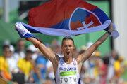 Matej Tóth sa teší zo zisku zlatej olympijskej medaily v chôdzi na 50 km v Rio de Janeiro v roku 2016.