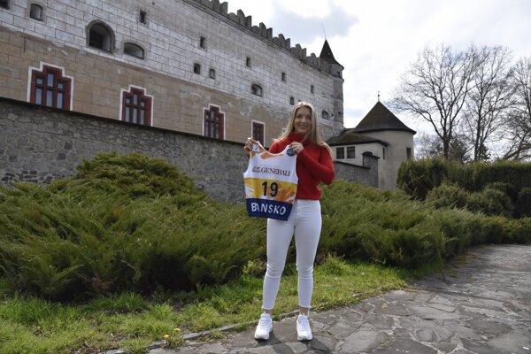 Rebeka Jančová pózuje s dresom, v ktorom sa stala majsterkou sveta do 18 rokov v Super G pred Zvolenským zámkom.