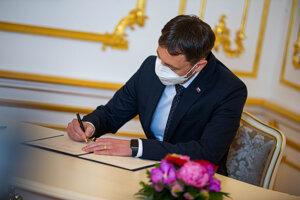 Premiér Eduard Heger pri podpise.