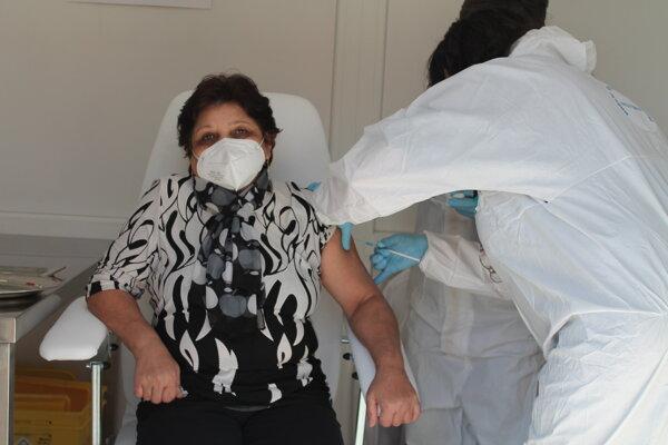 Mobilné očkovacie jednotky v Banskobystrickom kraji už zaočkovali 751 seniorov.