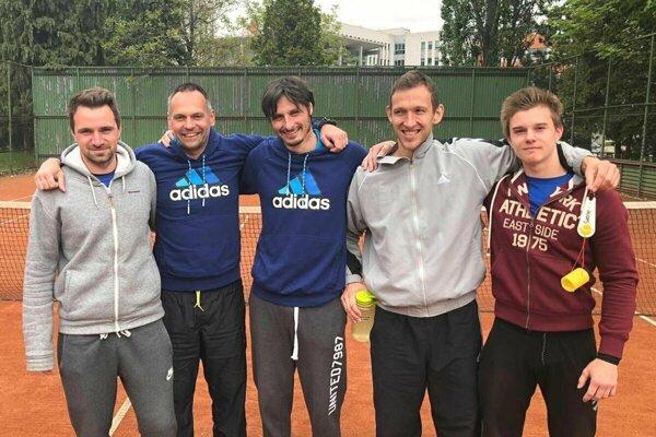 Tenisti TK ZZO Čadca. Zľava Daniel Vala, Miloš Herman, Matej Baliak, Peter Pištek, Boris Herman.