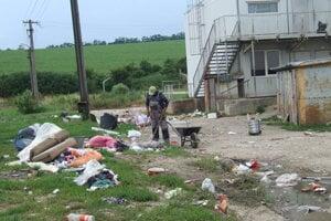 V lokalite Orechov dvor žijú ľudia zo slabšej sociálnej skupiny. V okolí sú polia.