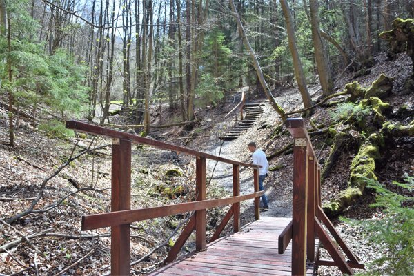 Atraktivitu dodávajú prechádzke aj takéto mostíky.