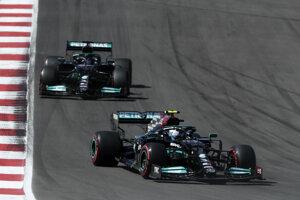 Valtteri Bottas a za ním Lewis Hamilton počas VC Portugalska 2021.