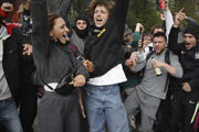Na nelegálnej párty v Bruseli zatkli 100 ľudí.