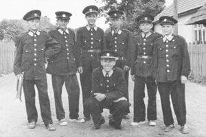 Hasiči – pilier obce. Na snímke sú mladí hasiči Koštian z roku 1957.