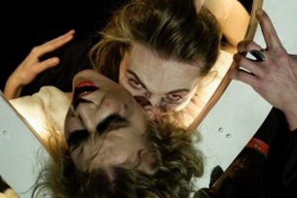 Andrea Sabová ako Lucy a Miloš Kusenda ako Dracula.