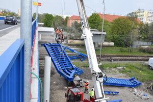 Montáž železných schodov.