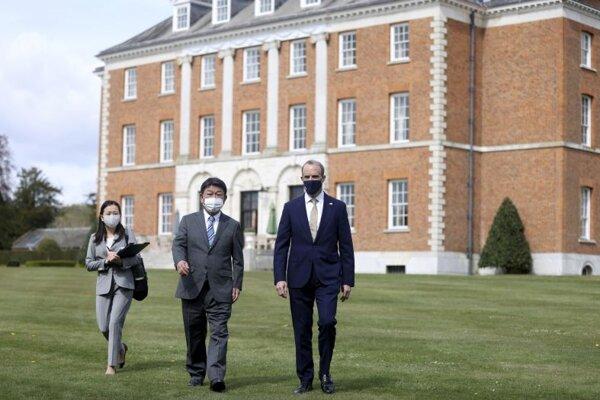 Šéf japonskej diplomacie Tošimicu Motegi a britský minister Dominic Raab počas rokovaní v grófstve Kent.