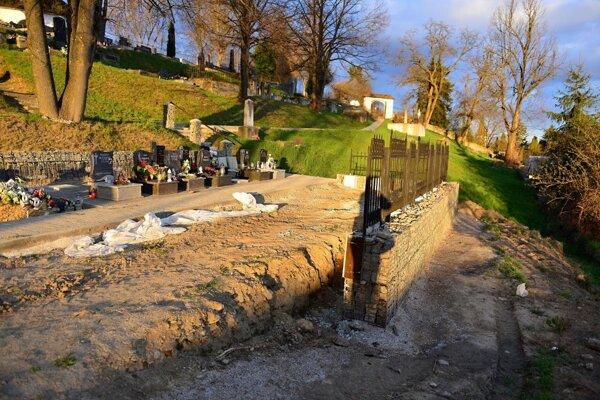 Na starom cintoríne v Brezne pribudnú nové urnové miesta.