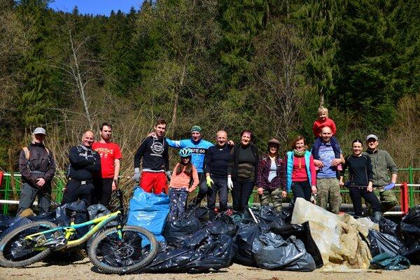 Cyklisti z CK Route 66 vyčistili prírodu a vyzbierali odpadky.