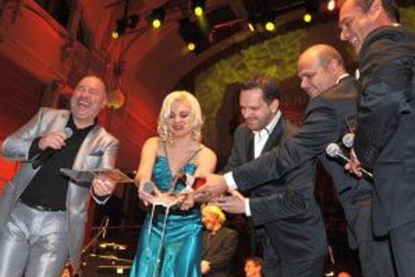 Zľava Michal David, Ivanna Bagová a La Gioia pri pražskom krste CD.