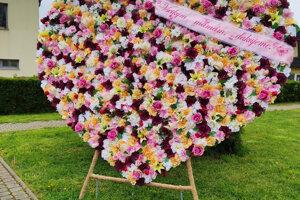 Park na Ulici Andreja Sládkoviča v Žarnovici zdobí srdce z kvetov.