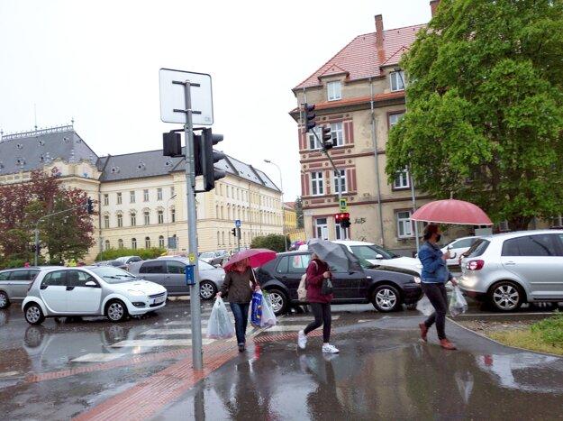 Síce na semafore svieti chodcom červená, no tá sa prepla už v čase, keď išli po priechode. Autá na ňom stáli presne tak, ako ich zachytila fotka.