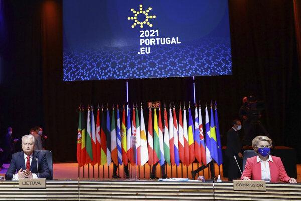 Predsedníčka Európskej komisie Ursula von der Leyen a prezident Litvy Gitanas Nauseda pred začiatkom summitu EÚ v Portugalsku