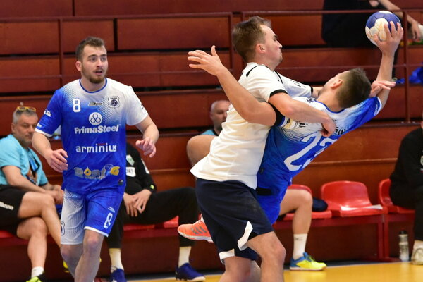 V modrých dresoch Šaľania Šimon Michniewicz a Adam Lukačín.
