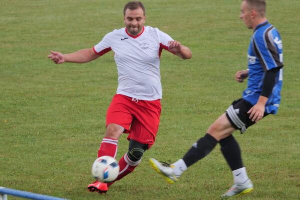 Futbalista Liptovského Ondreja v bielo-červenom.