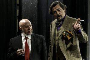 Zľava herci Marián Labuda a Lukáš Latinák počas skúšky pripravovanej inscenácie dramatika Friedricha Dürrenmatta Malér v Divadle Astorka Korzo´90 v Bratislave 6. mája 2021.