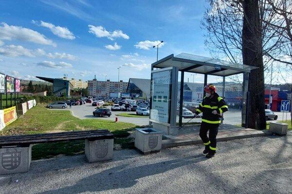 Koncom apríla začal Dobrovoľný hasičský zbor mesta Brezno s opätovnou dezinfekciou verejného priestranstva.