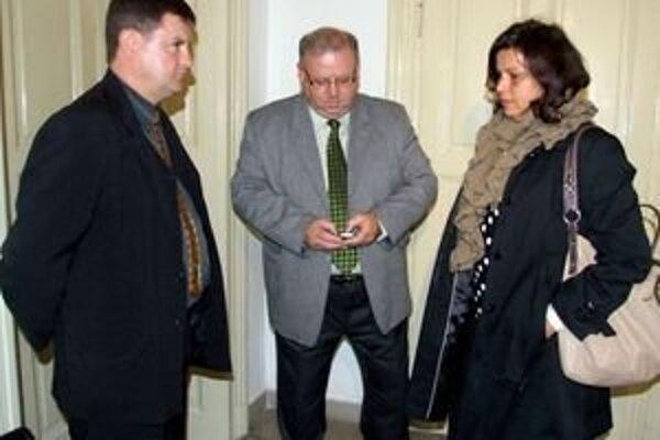 Manželia Buchovci s advokátom (v strede) na súde.