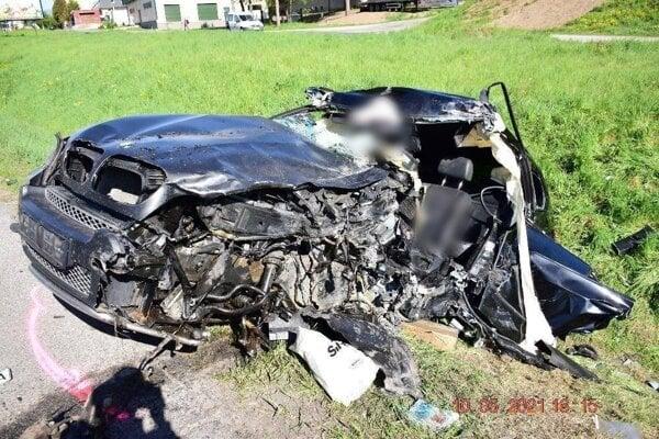 Osobné auto zostalo po nehode na odpis.