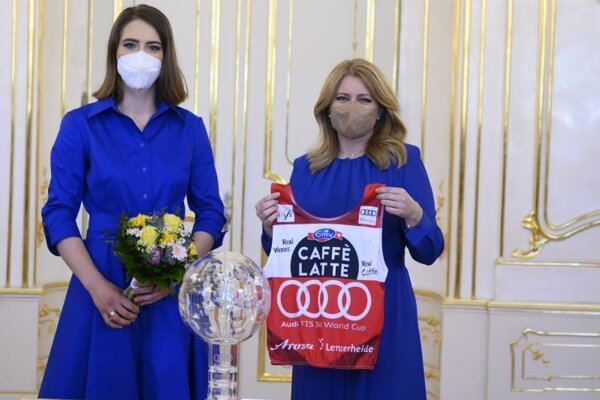 Vpravo prezidentka SR Zuzana Čaputová a vľavo Petra Vlhová, celková víťazka Svetového pohára alpských lyžiarok v sezóne 2020-2021 počas prijatia v Prezidentskom paláci v Bratislave 30. marca 2021.