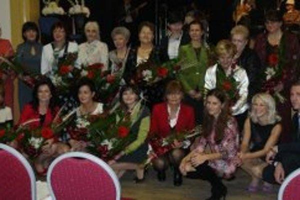 Výnimočné ženy Nitrianskeho kraja pre rok 2012 s organizátormi súťaže.